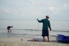 Le pêcheur est préparent le filet photographie stock