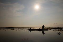 Le pêcheur indigène a commencé à travailler tôt dans le bateau pendant le matin en Thaïlande Image libre de droits