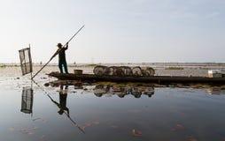 Le pêcheur indigène a commencé à travailler tôt dans le bateau pendant le matin en Thaïlande Images libres de droits