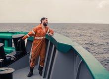 Le pêcheur jette un crochet sur un bateau pour les thons contagieux Pêche en mer Images libres de droits