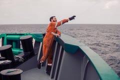 Le pêcheur jette un crochet sur un bateau pour les thons contagieux Pêche en mer Images stock
