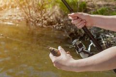 Le pêcheur juge un poisson propagé un crochet Image stock