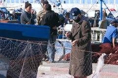 Le pêcheur répare le réseau dans Essaouira Images libres de droits