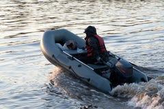 Le pêcheur sur le bateau Image libre de droits