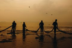 Le pêcheur tire leur chalut photo stock