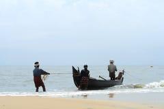 Le pêcheur tire son bateau de pêche Images stock