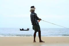 Le pêcheur tire son bateau de pêche Image libre de droits