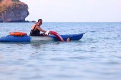 Le p?re et la fille asiatiques sont enseignants et formants la garde ou la d?livrance de vie sur la plage photo libre de droits