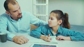 Le p?re f?ch? est ennuy? avec sa fille faisant le travail banque de vidéos