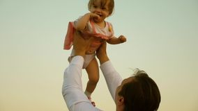 Le p?re a jet? la haute d'enfant Le papa jette sa fille dans le ciel enfant heureux d'enfance avec des parents Le concept d'a banque de vidéos