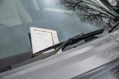 Le P.-V. invariable a collé sur le pare-brise de voiture pour une pénalité ou une amende Images stock