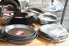 Le padelle tradizionali per paella hanno chiamato le paelle o i paelleras da vendere nella stalla del mercato di Sineu fotografia stock libera da diritti