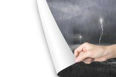 Le page blanc vide ouvert de main de femme remplacent l'océan orageux Images stock