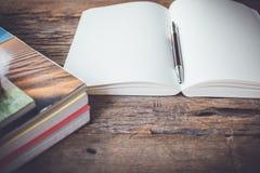 Le pagine in bianco bianche schizzano il libro sulla tavola di legno Fotografia Stock Libera da Diritti
