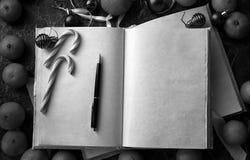 Le pagine in bianco hanno aperto il libro d'annata sulla tavola Immagine Stock Libera da Diritti