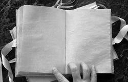 Le pagine in bianco hanno aperto il libro d'annata sulla tavola Immagini Stock Libere da Diritti