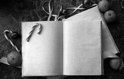 Le pagine in bianco hanno aperto il libro d'annata sulla tavola Immagine Stock