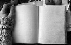 Le pagine in bianco hanno aperto il libro d'annata sulla tavola Fotografie Stock