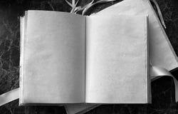 Le pagine in bianco hanno aperto il libro d'annata sulla tavola Fotografia Stock Libera da Diritti
