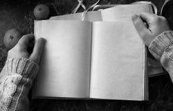 Le pagine in bianco hanno aperto il libro d'annata sulla tavola Fotografia Stock
