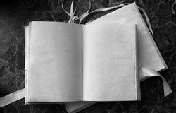 Le pagine in bianco hanno aperto il libro d'annata sulla tavola Fotografie Stock Libere da Diritti