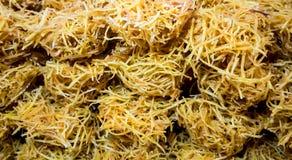 Le paglie fritte nel grasso bollente croccanti tailandesi della patata dolce hanno ricoperto di sciroppo, Ca fotografia stock