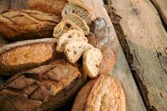 Le pagnotte di pane casalingo con uno hanno affettato il panino Immagini Stock Libere da Diritti