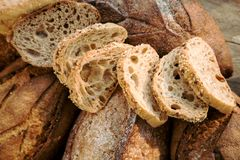 Le pagnotte di pane casalingo con uno hanno affettato il panino Fotografie Stock Libere da Diritti