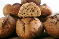 Le pagnotte di pane casalingo con uno hanno affettato il panino Immagine Stock Libera da Diritti