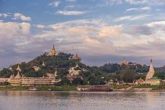 Le pagode brillano sulle rive serene del Irrawaddy nel Myanmar fotografia stock libera da diritti