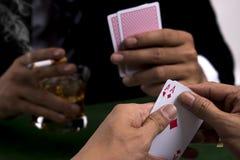 Le paia degli assi in mano del giocatore di poker Fotografie Stock