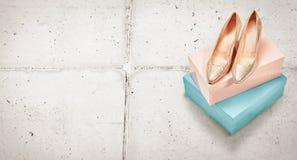 Le paia del livello metallico elegante dell'oro hanno tallonato le scarpe fotografia stock libera da diritti