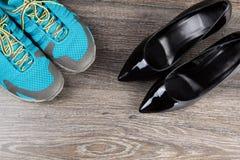 Le paia delle scarpe da tennis con il nero classico hanno tallonato le scarpe Fotografia Stock Libera da Diritti
