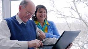 Le paiement en ligne, les personnes âgées heureuses avec l'argent électronique et l'ordinateur portable font des achats sur l'Int banque de vidéos
