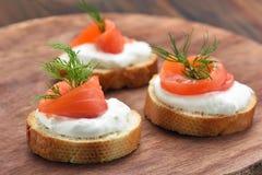 Le pain avec des saumons, se ferment vers le haut de la vue photographie stock libre de droits