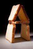 Le pain blanc découpe la maison en tranches Images libres de droits