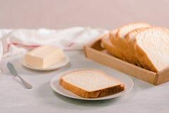 Le pain blanc et le beurre coupés en tranches ont tiré d'une vue courbe image libre de droits