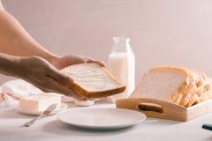 Le pain blanc et le beurre coupés en tranches ont tiré d'une vue courbe photos libres de droits