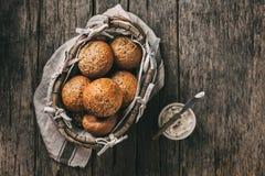 Le pain complet fait maison roule avec le lin et les graines et le sésame de tournesol Fond de nourriture avec l'espace de copie, photo stock