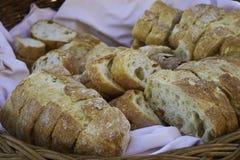 Le pain a coupé en tranches dans un panier Image stock