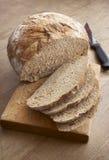 Le pain découpe le couteau en tranches Photos stock