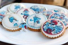 Le pain d'épice de conception de Smurf a glacé des biscuits Photos stock