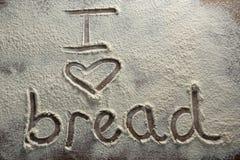 Le pain d'amour du mot I écrit sur la farine arrosée Images libres de droits