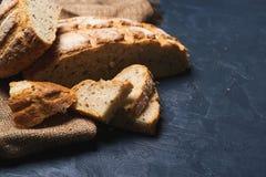 Le pain de blé entier a fait cuire au four à la maison, les bio ingrédients, W très sain photos stock