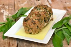 Le pain de viande avec les bougrans verts frais part sur le plat blanc sur le fond en bois Photographie stock libre de droits