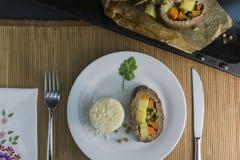 Le pain de viande roulent soutenu sur un plat d'une table photo libre de droits
