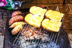 Le pain grillé au matin et le grillent a une belle lumière orange images libres de droits