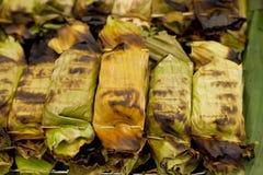 Le pain grillé de riz collant avec le taro et la banane poussent des feuilles Images libres de droits