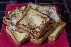 Le pain grillé français cuit frais a servi d'un plat rouge Images libres de droits