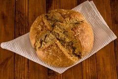Le pain irlandais traditionnel de soude fait pour le jour du ` s de St Patrick a servi sur le Tableau en bois images stock